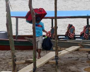Peru-Colorado-unload-boat